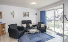 Wohnzimmer mit Couch und separatem Essplatz