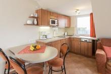 Wohnzimmer mit separatem Essbereich und moderner Küche