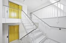 modernes Treppenhaus mit Lift